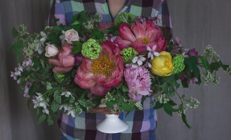 Ragazza del fiorista che tiene il grande bello mazzo nello stile rustico immagini stock libere da diritti