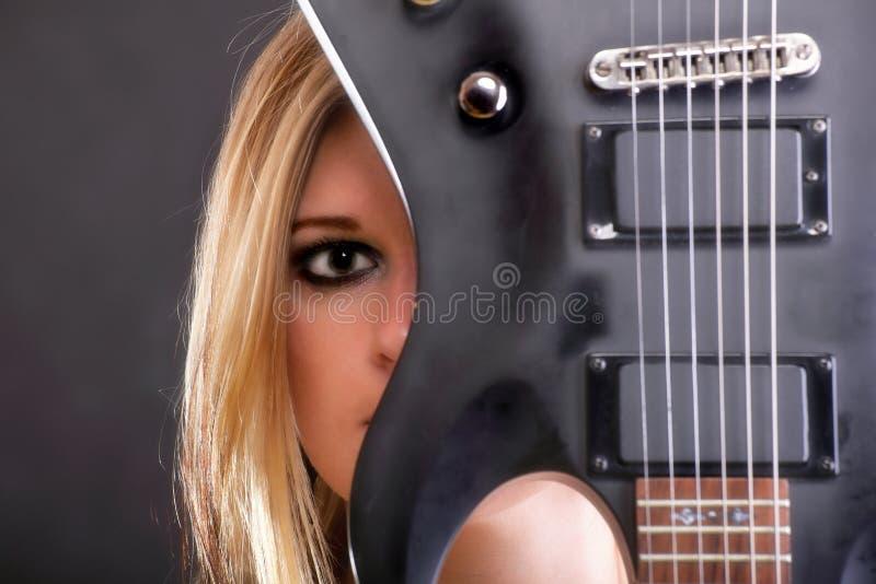 Ragazza del fronte e donna sexy della chitarra immagini stock