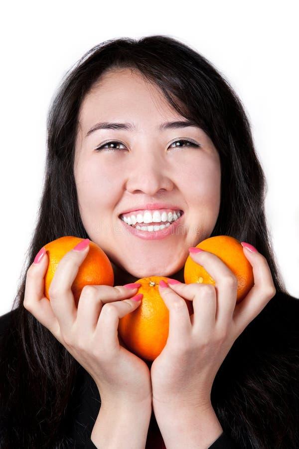 Ragazza del Kazakh con gli aranci dell'albero fotografia stock