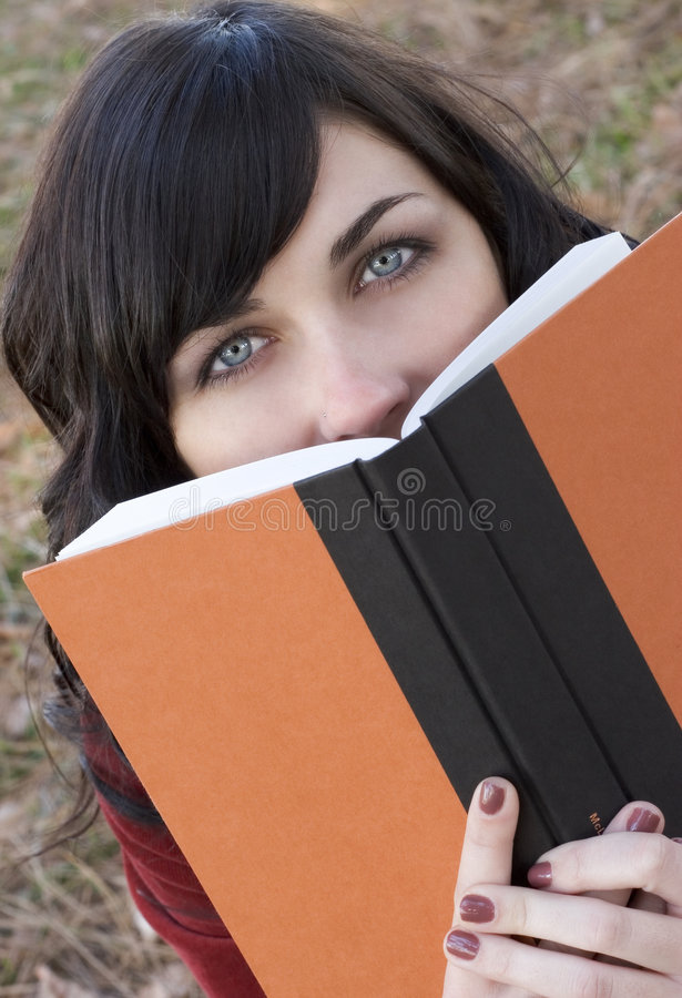 Ragazza del libro fotografia stock libera da diritti