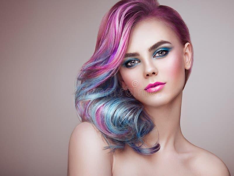 Ragazza del modello di moda di bellezza con capelli tinti variopinti fotografia stock