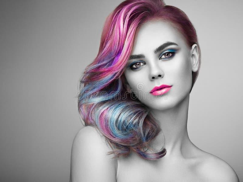 Ragazza del modello di moda di bellezza con capelli tinti variopinti immagini stock