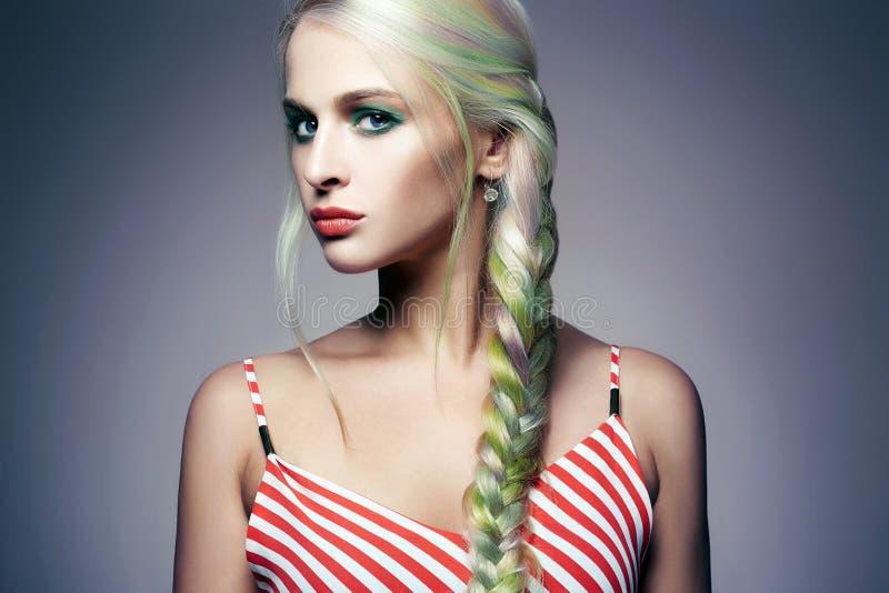 Ragazza del modello di moda di bellezza con capelli tinti variopinti fotografia stock libera da diritti