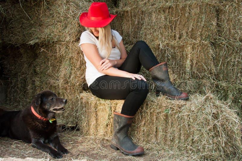 Ragazza del paese e cane dell'azienda agricola fotografie stock libere da diritti