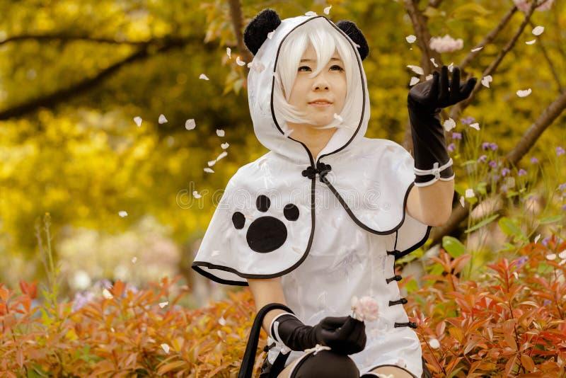 Ragazza del panda che si siede sotto un albero fotografie stock