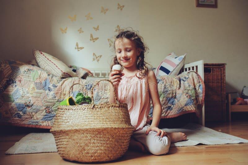 Ragazza del piccolo bambino che gioca nella sua stanza con l'alimento, la cottura e divertiresi del giocattolo fotografia stock libera da diritti