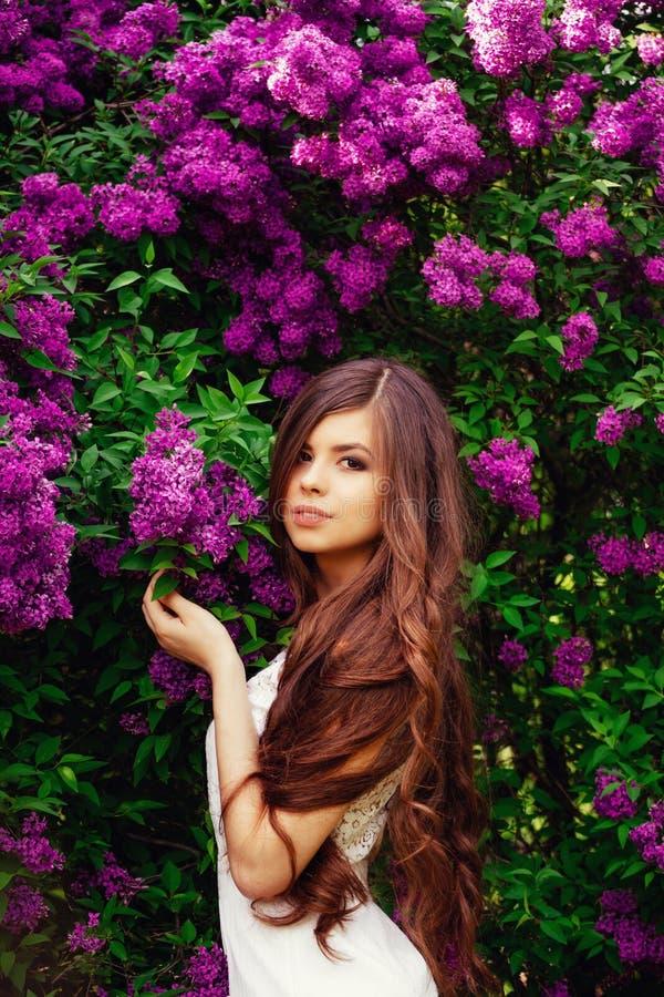 Ragazza del portatore con i fiori in natura, sguardo affascinante immagini stock libere da diritti