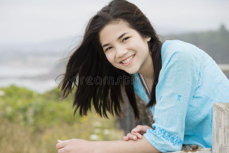 Ragazza del Preteen con il bello sorriso, da Oc fotografie stock