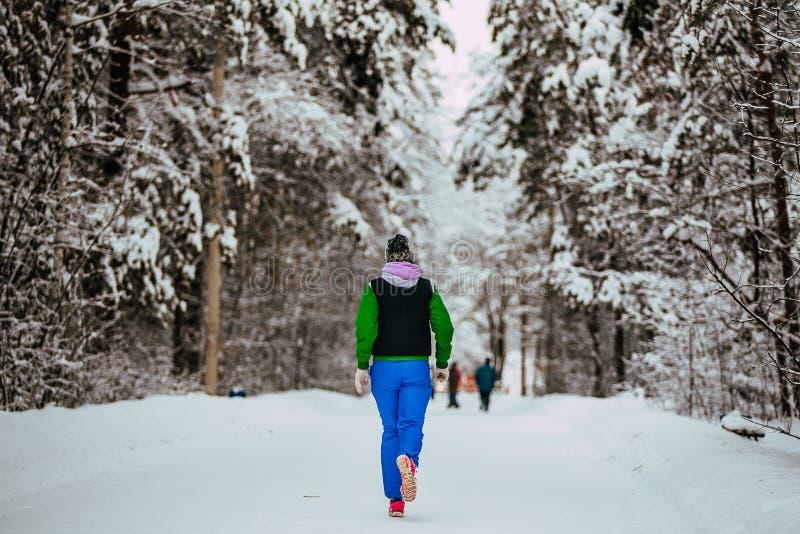 Ragazza del primo piano che esegue vicolo innevato nel parco di inverno immagini stock libere da diritti