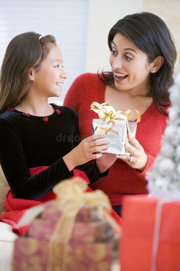 ragazza del regalo di natale la sua madre sorprendente fotografia stock libera da diritti
