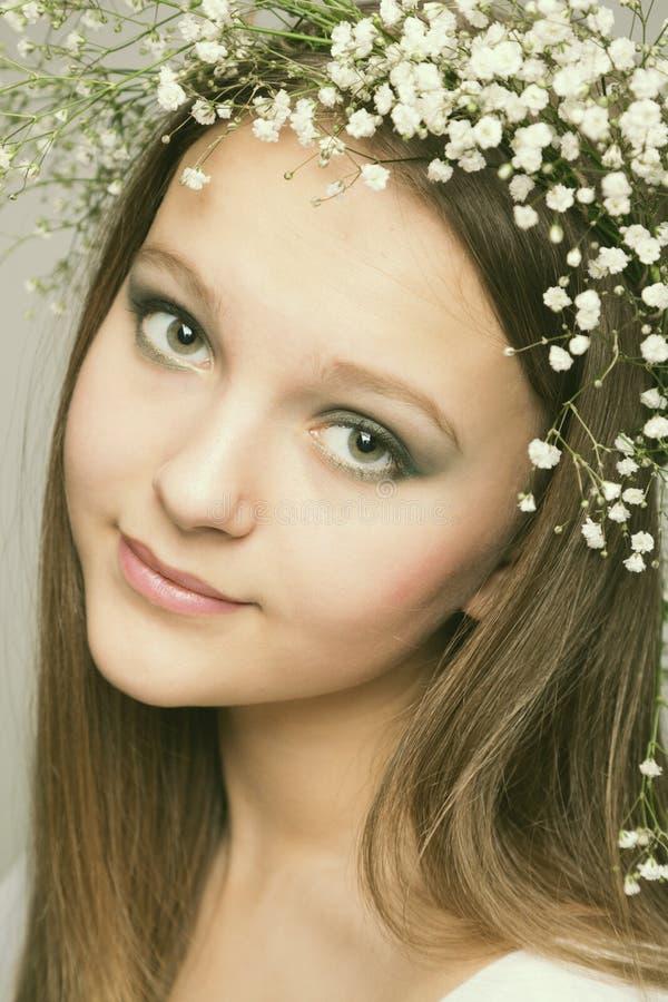 Ragazza del ritratto della sorgente con la corona dei fiori immagini stock libere da diritti