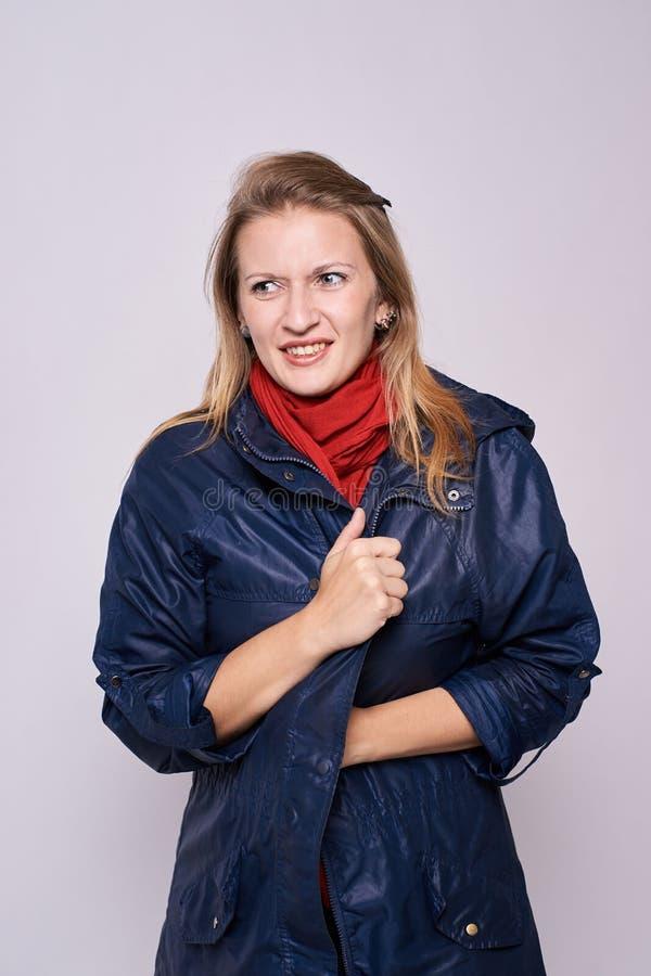 Ragazza del ritratto Vestiti caldi Fondo leggero freddi immagini stock libere da diritti