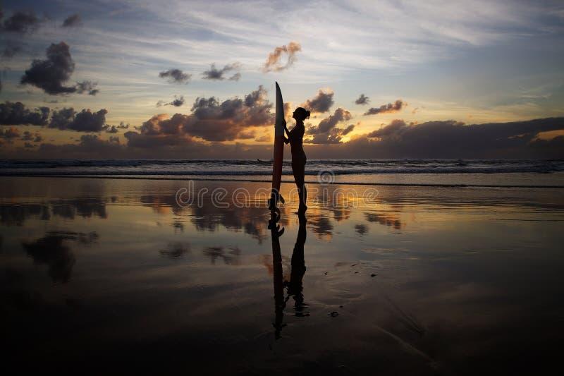 Ragazza del surfista fotografie stock libere da diritti