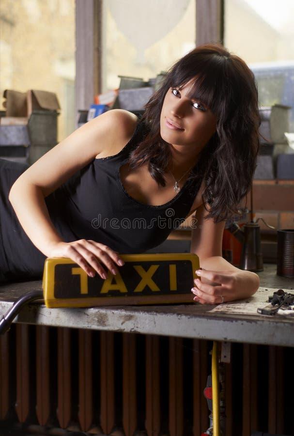Ragazza del taxi nel servizio dell'automobile fotografia stock libera da diritti