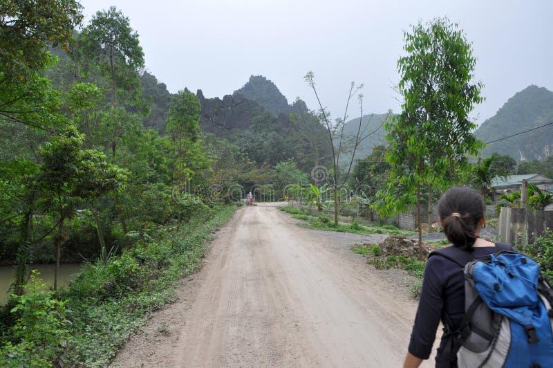 Ragazza del Trekker che visita la zona rurale di Ninh Binh, Vietnam immagine stock