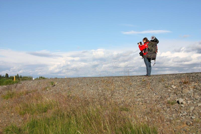 Ragazza del viaggiatore con zaino e sacco a pelo fotografia stock