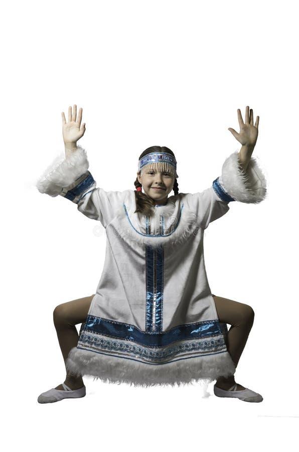 Ragazza dell'adolescente che balla in costume nazionale della gente del Nord Isolato Primo piano immagini stock