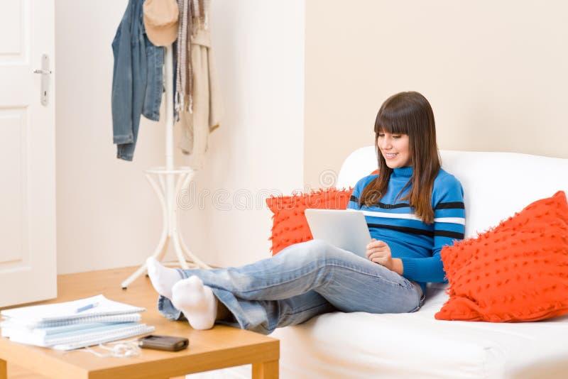 Ragazza dell'adolescente con il calcolatore del ridurre in pani dello schermo di tocco immagini stock libere da diritti