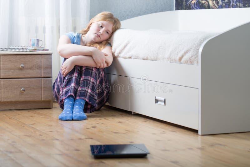 ragazza dell'adolescente con le scale sul pavimento fotografie stock libere da diritti