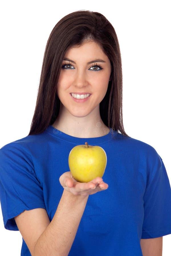 Ragazza dell'adolescente con una mela gialla fotografie stock libere da diritti
