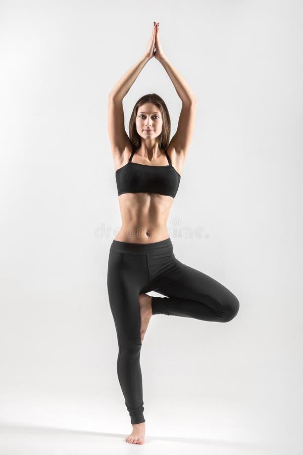 Ragazza dell'adolescente nella posa dell'albero di yoga fotografie stock libere da diritti