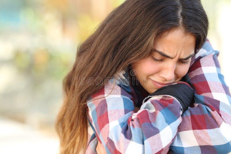 Ragazza dell'adolescente preoccupata e triste all'aperto fotografia stock