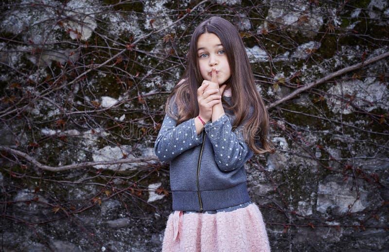 Ragazza dell'adolescente sopra il fondo grigio della roccia immagini stock libere da diritti