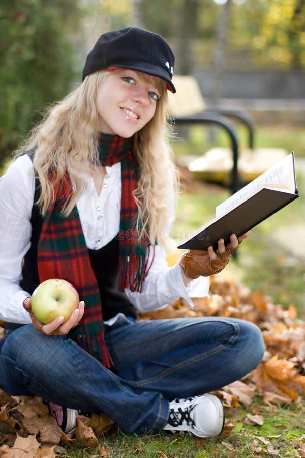 Ragazza dell'allievo con un libro in a immagine stock libera da diritti
