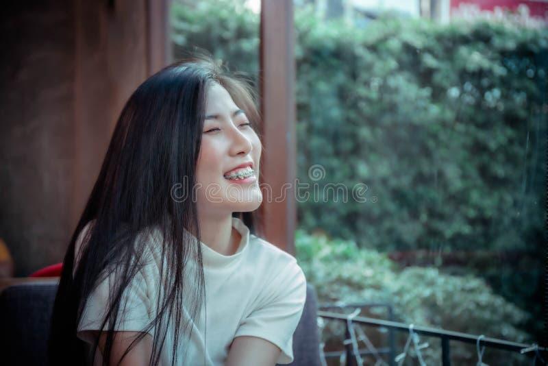 Ragazza dell'asiatico di bellezza che sorride e che looing al giorno felice di emozione immagini stock libere da diritti