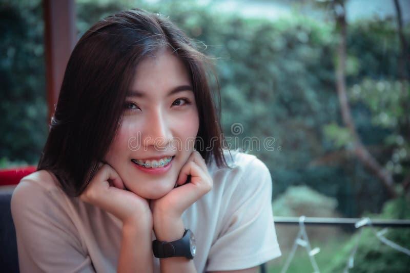 Ragazza dell'asiatico di bellezza che sorride e che looing al giorno felice di emozione fotografia stock