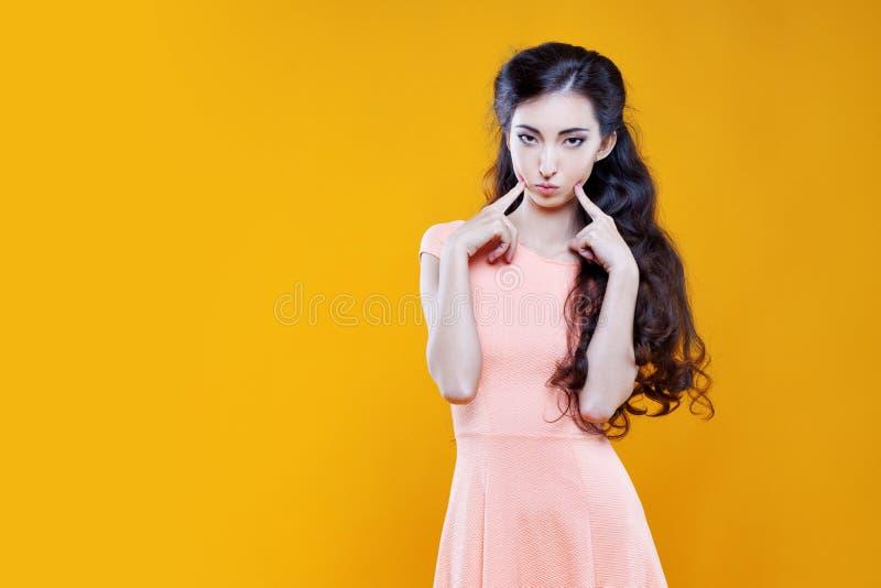 Ragazza dell'asiatico di modo Ritratto su fondo giallo fotografia stock libera da diritti