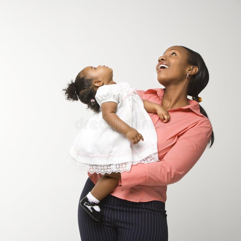 Ragazza dell'infante della holding della donna. immagini stock