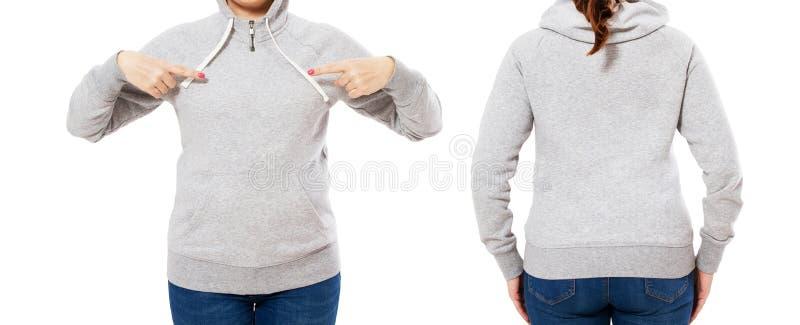Ragazza dell'insieme indicata su derisione grigia vuota di maglia con cappuccio su isolata su fondo bianco, maglietta felpata del immagine stock libera da diritti