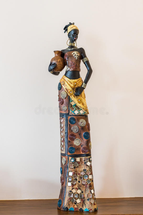 Ragazza della figurina dell'Africa sulla tavola immagine stock
