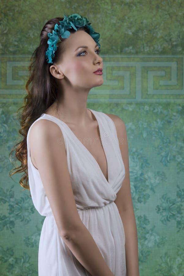 Ragazza della primavera con il vestito bianco fotografia stock libera da diritti