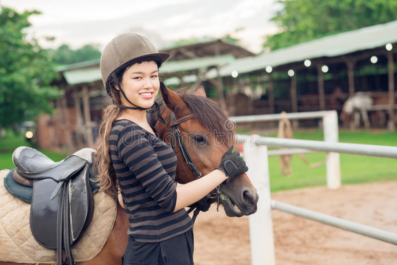 Ragazza della puleggia tenditrice ed il suo cavallo fotografie stock