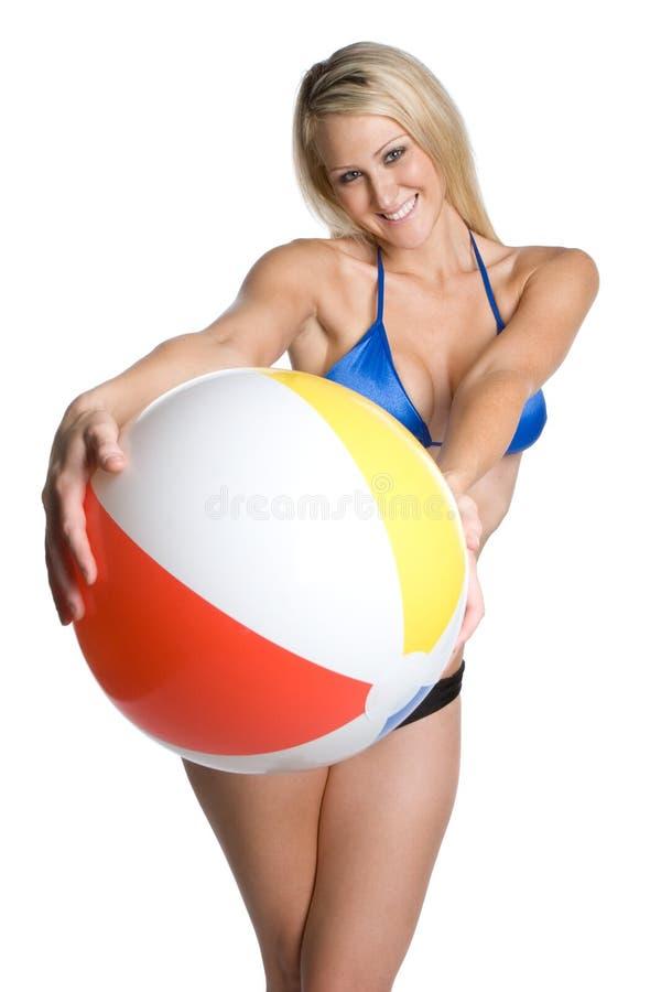 Ragazza della sfera di spiaggia fotografia stock