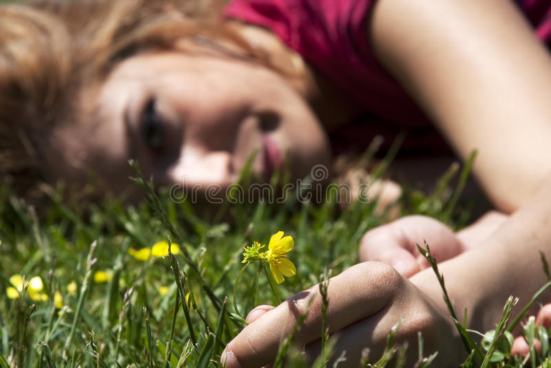 Ragazza della sorgente con il fiore immagine stock