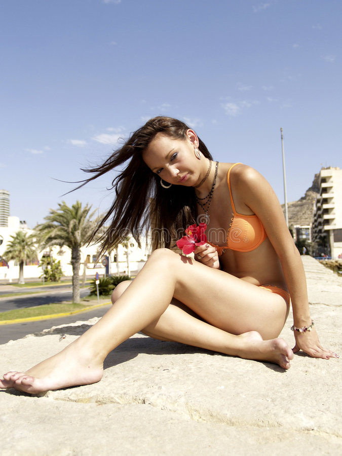Download Ragazza della spiaggia immagine stock. Immagine di caucasico - 213841