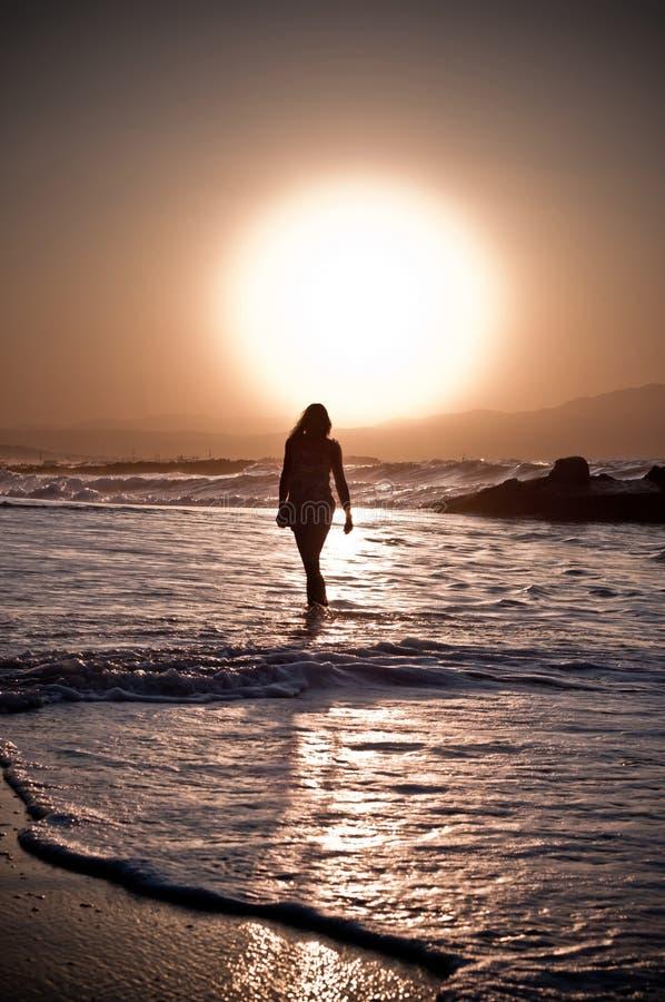 Ragazza della spiaggia al tramonto immagine stock for Disegni moderni della casa sulla spiaggia