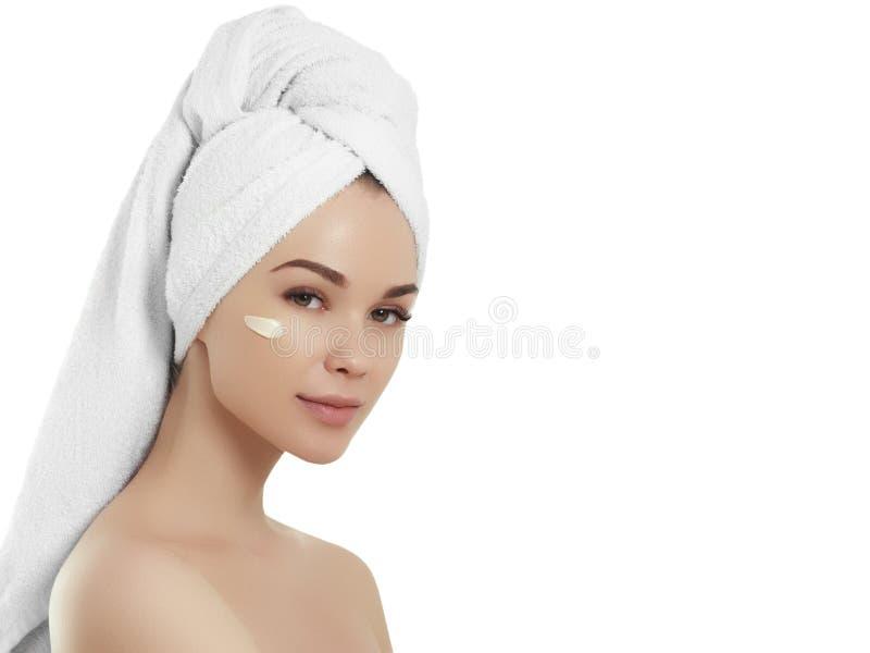 Ragazza della stazione termale Bella giovane donna dopo il bagno che tocca il suo fronte Pelle perfetta Skincare Giovane pelle immagini stock libere da diritti