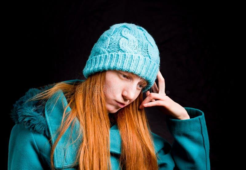 Ragazza della testarossa con il cappotto ed il cappuccio di inverno fotografie stock libere da diritti