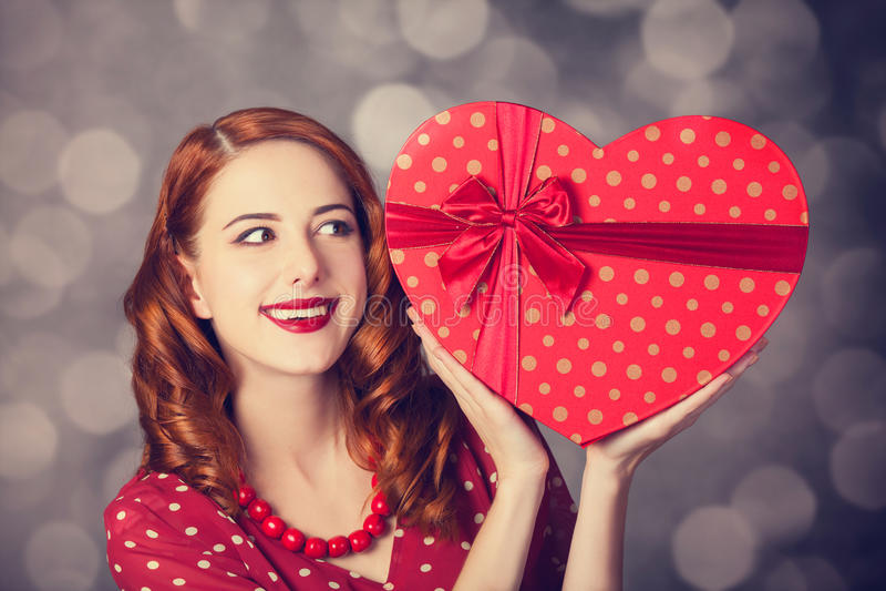 Ragazza della testarossa con il regalo per il giorno di biglietti di S. Valentino fotografia stock libera da diritti