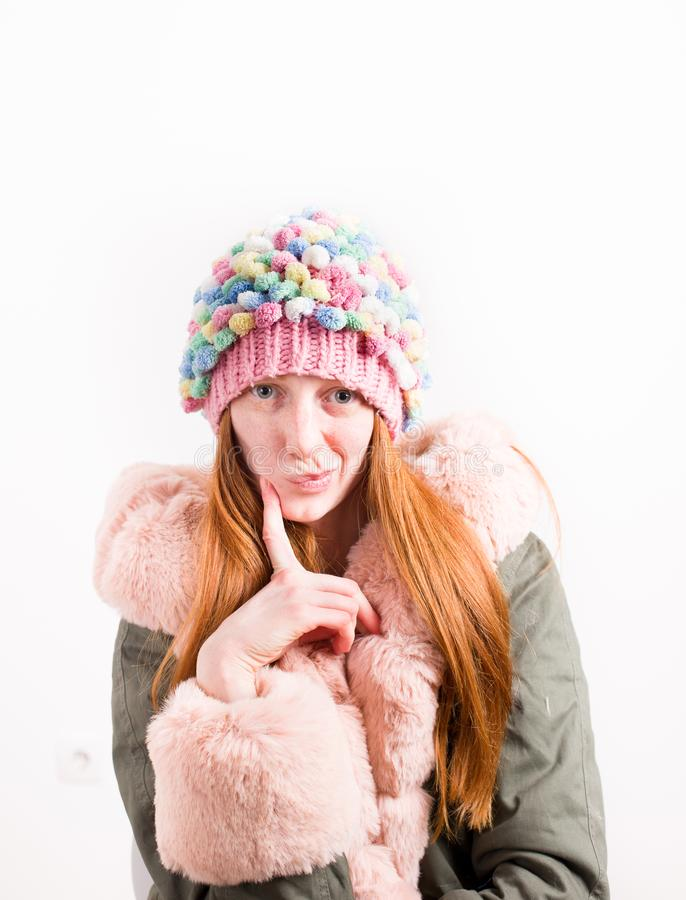 Ragazza della testarossa con il rivestimento ed il cappuccio di inverno fotografia stock