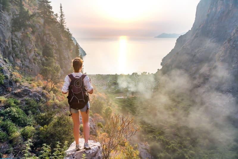 Ragazza della viandante sulla cima della montagna fotografie stock libere da diritti