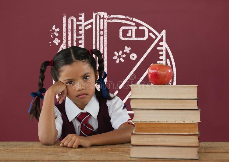 Ragazza dello studente alla tavola contro la lavagna rossa con la scuola ed il grafico di istruzione immagini stock