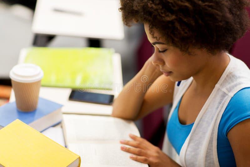 Ragazza dello studente con i libri ed il caffè sulla conferenza fotografie stock libere da diritti