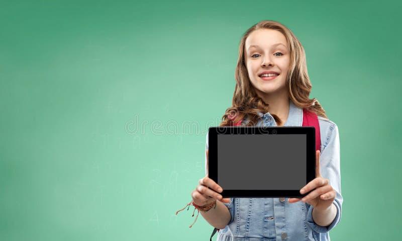 Ragazza dello studente con la borsa di scuola ed il computer della compressa fotografie stock libere da diritti
