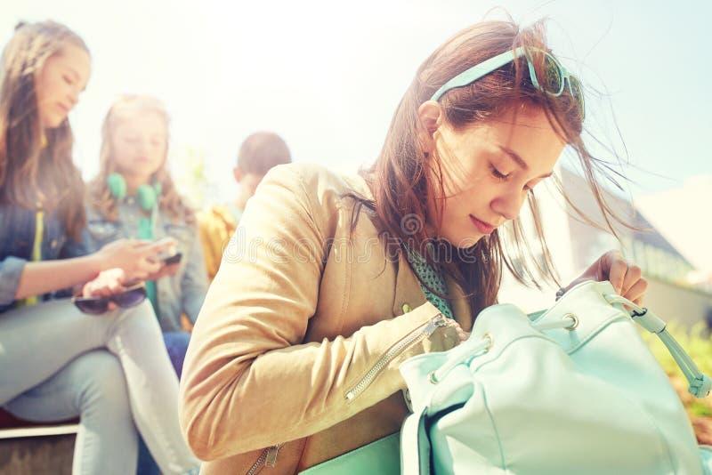 Ragazza dello studente della High School con lo zaino all'aperto immagine stock libera da diritti