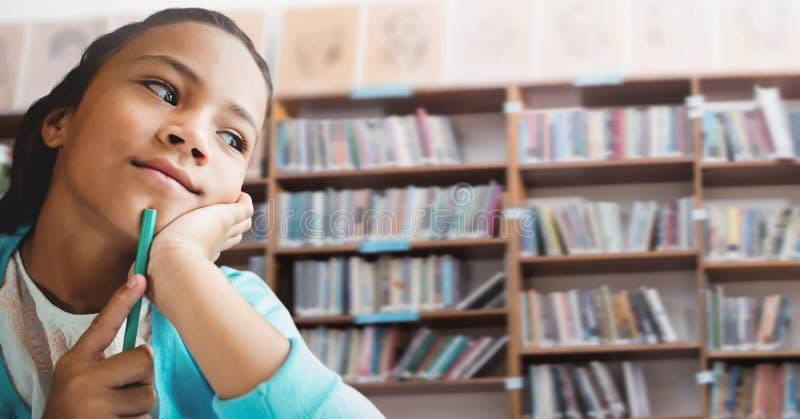 Ragazza dello studente nella biblioteca di istruzione fotografia stock libera da diritti